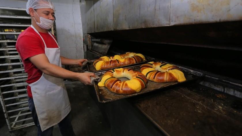 5.- Nicolás Moreno es quien se encarga del horno y está pendiente del tiempo de cocción.(Eleazar Escobar)