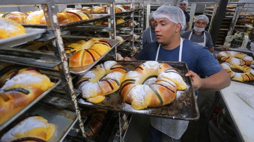 7.- Jesús Valdez coloca las roscas en estantes para que se enfríen.(Eleazar Escobar)
