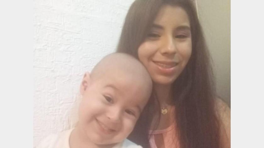Yolanda Arvayo con la pequeña María Isabella, quien lucha contra el cáncer.