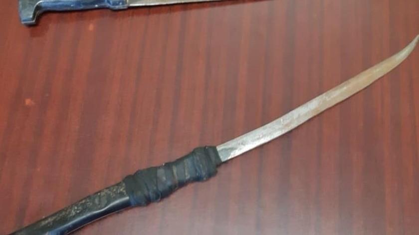 Un machete y un arma hecha con solera les fueron asegurados a José Adrián y José Ángel, en la colonia Pueblitos.(Especial)