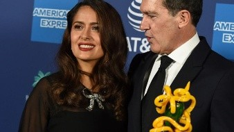 Salma Hayek desfila con pronunciado escote y elegante vestido en los Globos de Oro