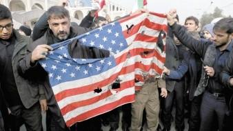 Manifestantes queman una bandera estadounidense durante una manifestación en Teherán, el viernes 3 de enero, contra el ataque de Estados Unidos que provocó la muerte del general iraní Qassem Soleimani.