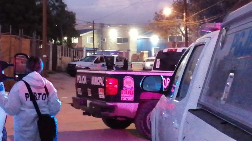 La policía recibió un reporte donde informaban de dos hombres muertos por proyectil de arma de fuego.(Margarito Martínez)
