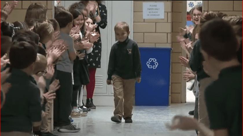 John Oliver Zippay, de seis años, fue festejado por sus compañeros de clase en la escuela católica St. Helen después de terminar su última ronda de quimioterapia.(Fox News)