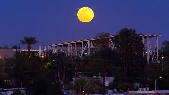 Aparece Luna del lobo en el cielo cachanilla
