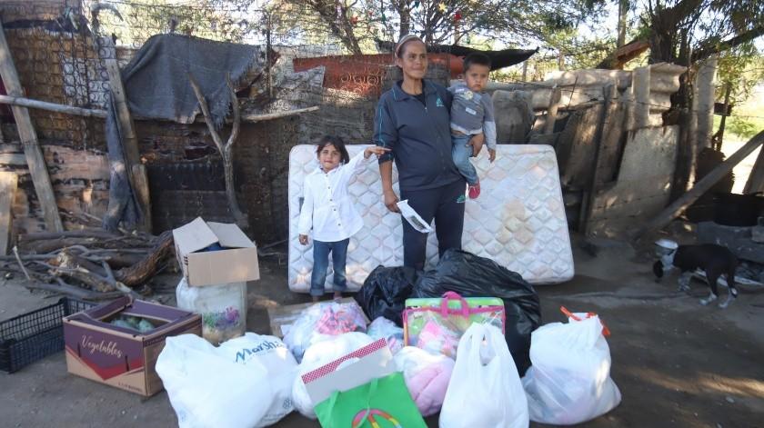 Edna Judith Soto Heredia y sus hijos recibieron apoyo de un grupo de amigas de la colonia Centenario.(Teodoro Borbón)