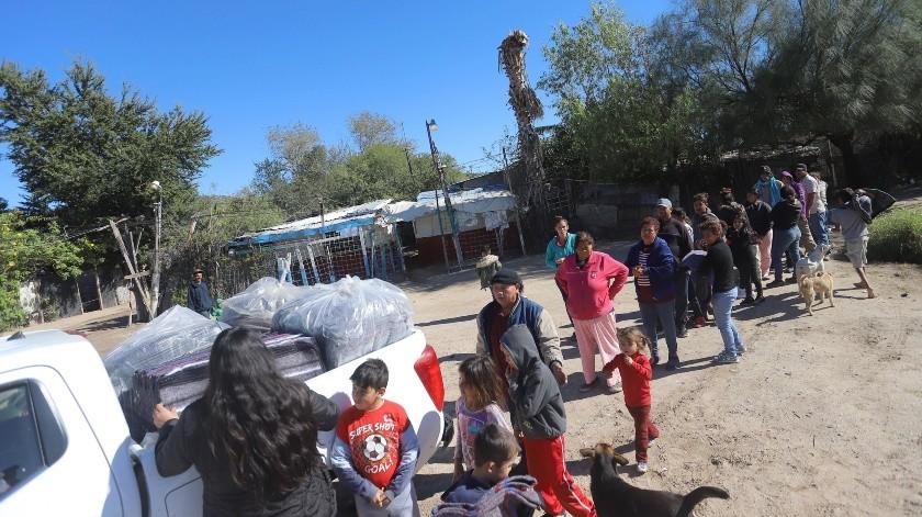 La entrega de cobertores se realizó en completo orden; acudieron madres y padres de familia con sus hijos.(Anahí Velásquez)
