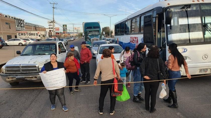 Un grupo de personas bloqueó el bulevar Jesús García Morales y Colegio Militar por cerca de dos horas, la petición principal fue que no hubiera más baches en Hermosillo.