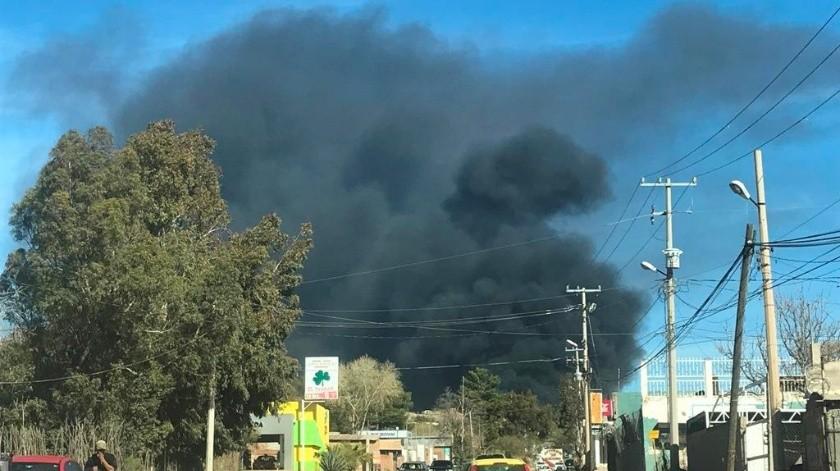 Unos 30 bomberos, vehículos para incendios forestales y pipas con agua, controlaron el fuego.(Manuel Jiménez)