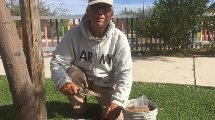 Manuel Mondragón Abdala utiliza las botellas que la gente tira y las transforma en bebederos o las usa para llevar el agua.(Anahí Velázquez)