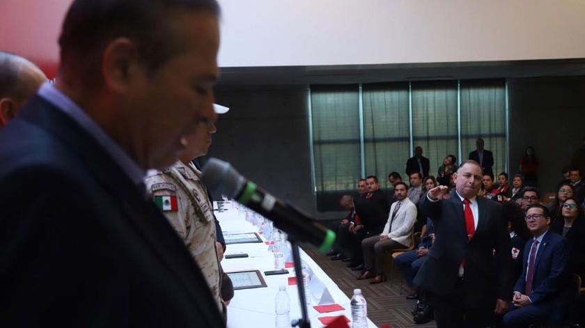 El alcalde de Tijuana, Arturo González Cruz tomó la protesta a Rubén Risoñol Monge.(Sergio Ortiz)