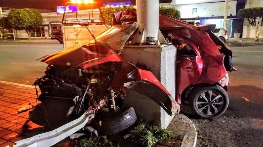 Dos jóvenes perdieron la vida en Obregón tras impactar el vehículo en que viajaban con un poste.(Mayra Echeverría)