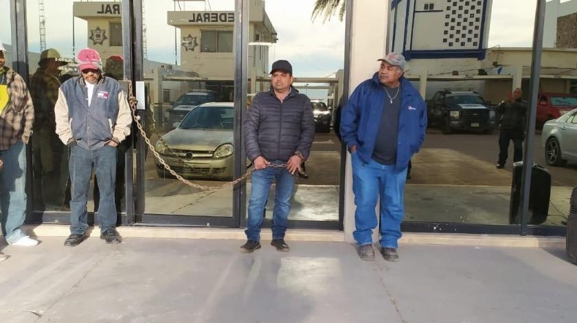 Los transportistas cerraron el paso a los contribuyentes a la Tesorería Municipal de Guaymas(Yesicka Ojeda)
