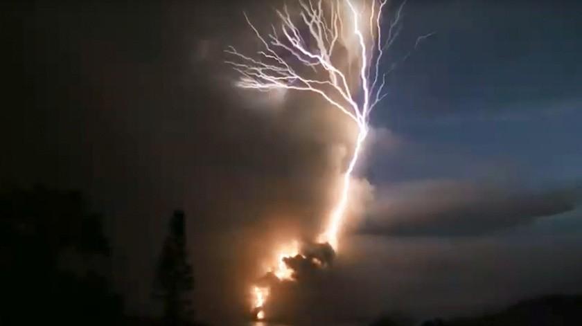 'Corona' de truenos y relámpagos ofrece espectáculo tras erupción del volcán Taal