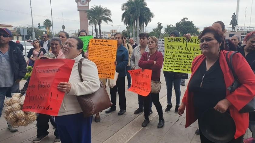 Se manifiestan afuera de Palacio Municipal para exigir solución a la situación de sus hogares.