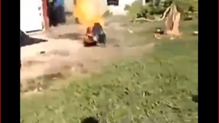 El brutal clip muestra al hombre aturdido retorciéndose mientras llamas consumen su cuerpo.