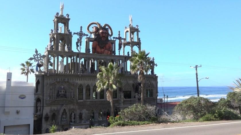 Es la casa de un estadounidense que gusta del arte gótico, llamado Tony Wells.(Victoria Alvarado)