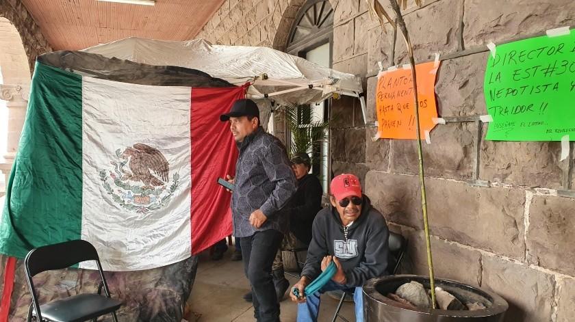 Los transportistas de la CTM instalaron un campamento en el exterior de Palacio Municipal de Guaymas.(Yesicka Ojeda)