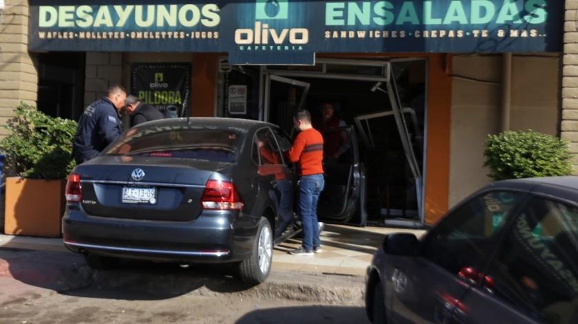 Entra en su auto a una cafetería(Daniel Reséndiz)