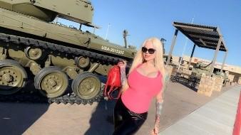 Sabrina Sabrok mostró sus deseos de entrar al ejército al posar con tanques de guerra.