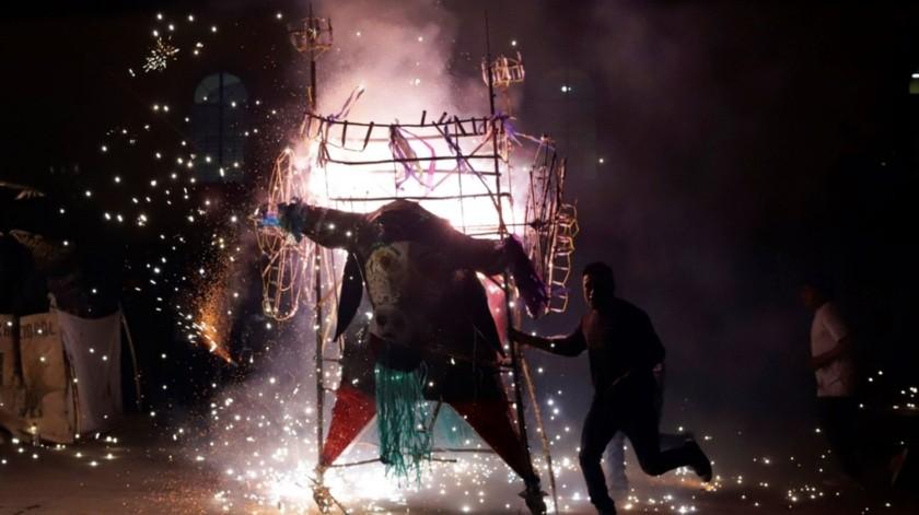 """El toro puede ir """"disfrazado"""" de superhéroe, de charro o como son tiempos modernos, los coheteros ahora crearon figuras gigantes de un gorila, un caballo y un centauro..(EFE)"""