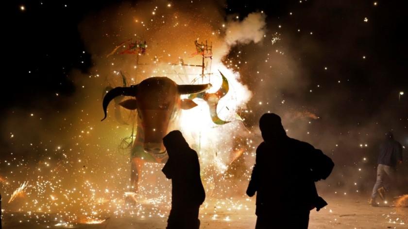 """Cada 17 de enero los habitantes de San Cristóbal realizan un desfile, el cual va amenizado con música de banda, y lanzando cohetones hasta llegar a la explanada de la iglesia para comenzar con la quema de 20 """"toritos""""..(EFE)"""