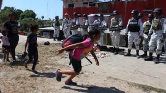 Cinco agentes de GN resultaron heridos al tratar de contener a migrantes