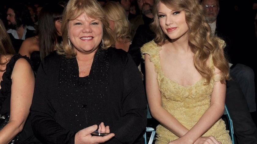 La madre de Swift, Andrea, ha acompañado a su hija a los escenarios en varias ocasiones.(Tomada de la red)