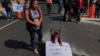 Padres de niños con cáncer bloquean AICM; exigen a AMLO resolver desabasto de medicamentos