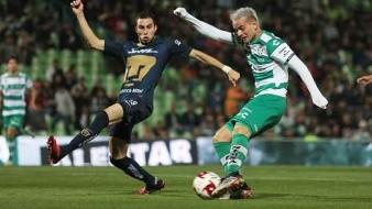 Árbitro expulsa a jugador equivocado en Pumas vs Santos