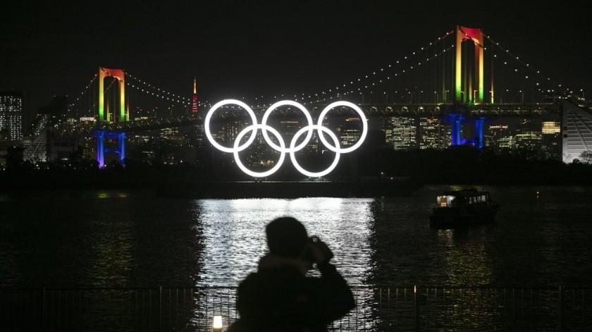 Unos enormes aros olímpicos quedaron iluminados este viernes en una bahía de esta capital.(AP)