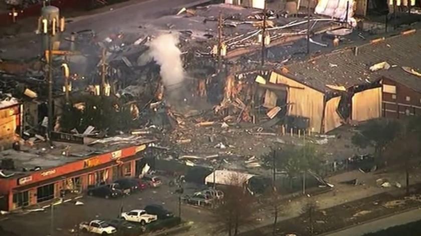 Imágenes captadas por vecinos en el área y distribuidas en Twitter muestran el estallido y luego una enorme bola de fuego que se eleva.(AP)