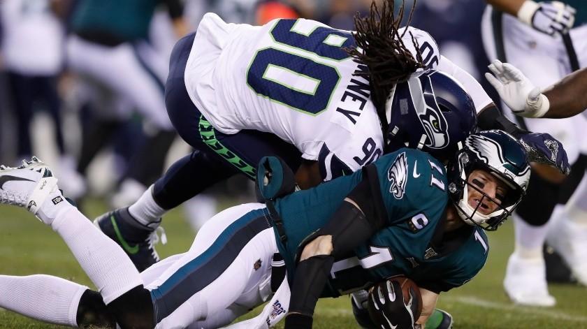 Jadeveon Clowney, de los Seahawks de Seattle, golpea a Carson Wentz, de los Eagles de Filadelfia, en la primera mitad del duelo de comodines de la NFL el domingo 5 de enero de 2020 , en Filadelfia.(AP)