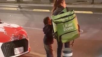 Conmueve foto de madre e hijo repartiendo pedidos de Uber Eats a pie; le regalan moto