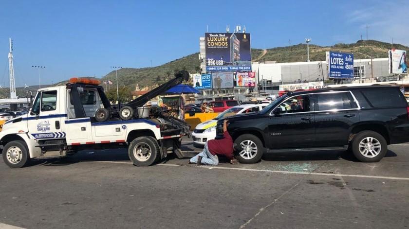En su huida, el hombre impactó a otro vehículo.