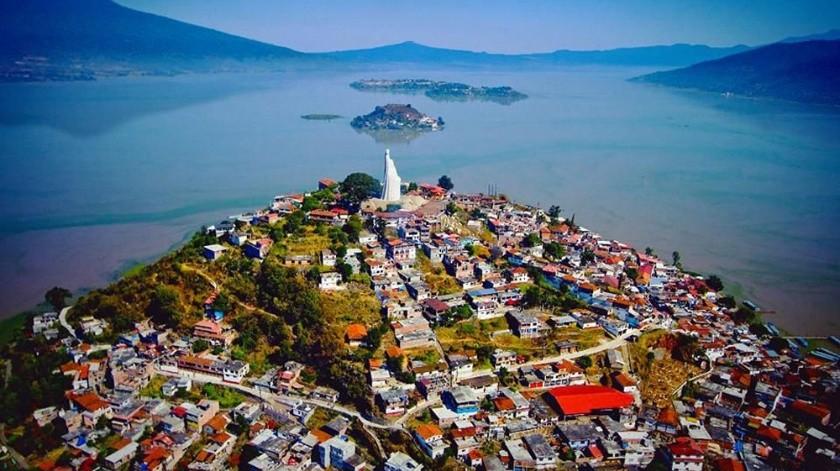 Patzcuaro es perfecto para salir a caminar por sus calles empedradas y admirar el paisaje que forman las casas con tejado de barro y el lago de Pátzcuaro de fondo.(Tomada de la red)