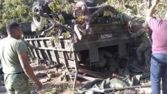 Tres muertos y 35 heridos tras volcadura de camión militar en Oaxaca