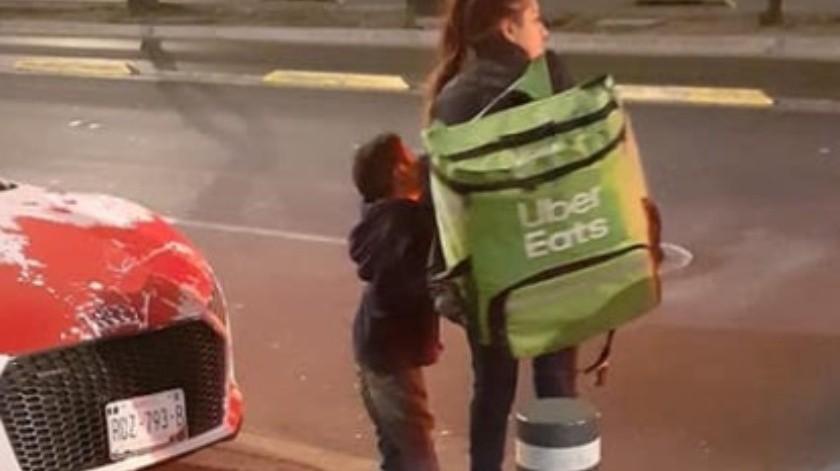 Conmueve foto de madre e hijo repartiendo comida a pie; les regalan una moto