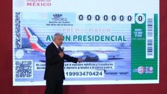 Andrés Manuel López Obrador presentó la imagen del boleto de la rifa del avión presidencial.