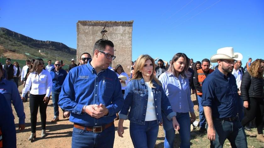 La gobernadora Claudia Pavlovich realizó ayer una gira por La Colorada, donde entregó obras y platicó con los residentes.(EL IMPARCIAL)