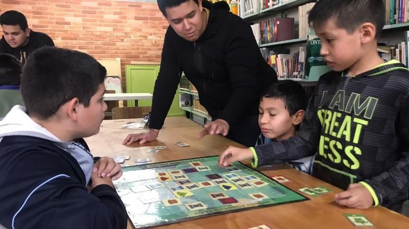 Jóvenes cajemenses le enseñan robótica y ciencia a un grupo de niños.(Mayra Echeverría)