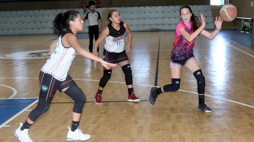 Tania Pérez (der.), de Cajeme, pasa el balón ante la presión de jugadoras de OBP Abril García y Fernanda Rodríguez.(Julián Ortega)