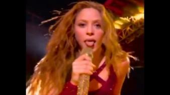 En plena toma televisada, la cantante colombiana durante una de sus interpretaciones movió su lengua como hacen algunos cantantes de rock.