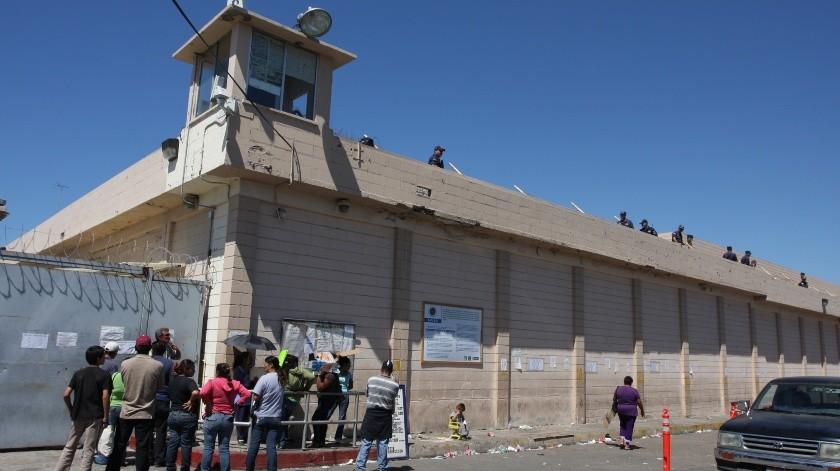 La unidad de traslados entregaba a los convictos en la puerta principal para ser internados al penal.(Archivo)