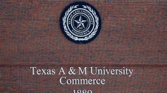 Dos personas murieron y una tercera resultó herida en un tiroteo el lunes en una residencia universitaria en Texas, informó la policía.