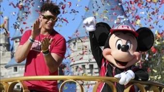 Mahomes disfruta en Disney victoria en Super Bowl con Chiefs