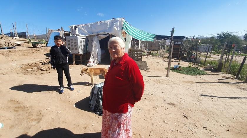 María Miranda de 64 años en la invasión Colinas de Cortés, cuenta que se congeló el agua de los botes.(Gamaliel González)