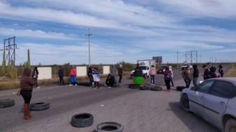 Bloquea grupo de vecinos carretera a Bahía de Kino