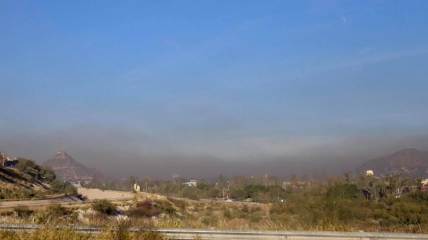 Una densa capa de humo negro cubre la ciudad de Hermosillo.(Anahí Velásquez)