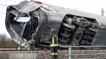 La locomotora quedó completamente separada y se estrelló contra un edificio a pie de vía, matando a dos trabajadores del tren y dejando 27 heridos más, según las autoridades.